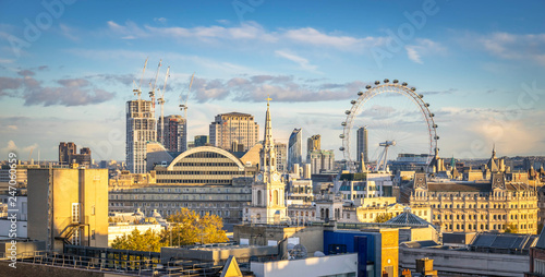 Photo London skyline with London eye at cloudy day