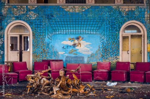 Fotografie, Obraz  Sala da ballo abbandonata con vetri rotti