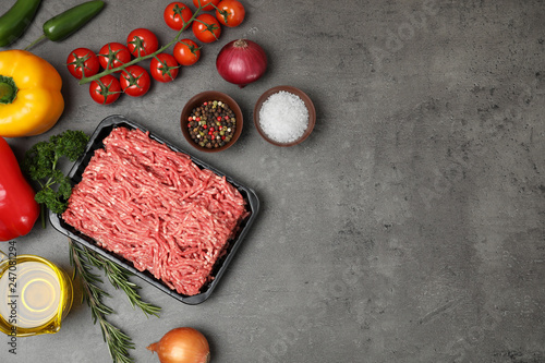 In de dag Aromatische Flat lay composition with minced meat and space for text on grey background
