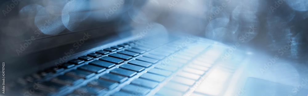 Fototapeta Seitenansicht eines geöffneten Laptops mit Gegenlicht