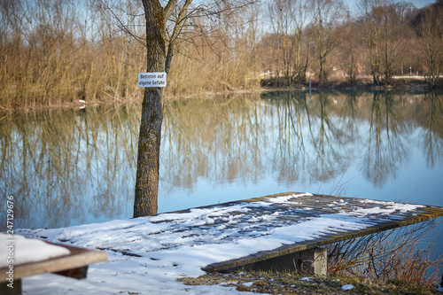 Photo lake with warning Betreten auf eigene Gefahr