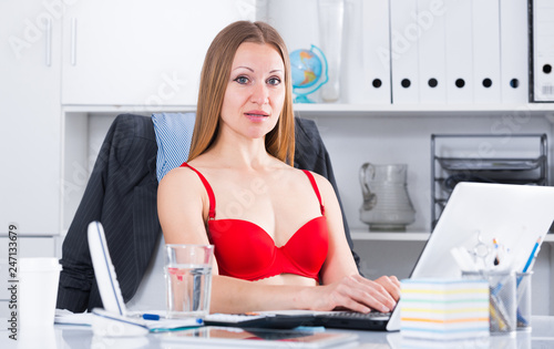 In de dag Akt Woman in red bra on laptop