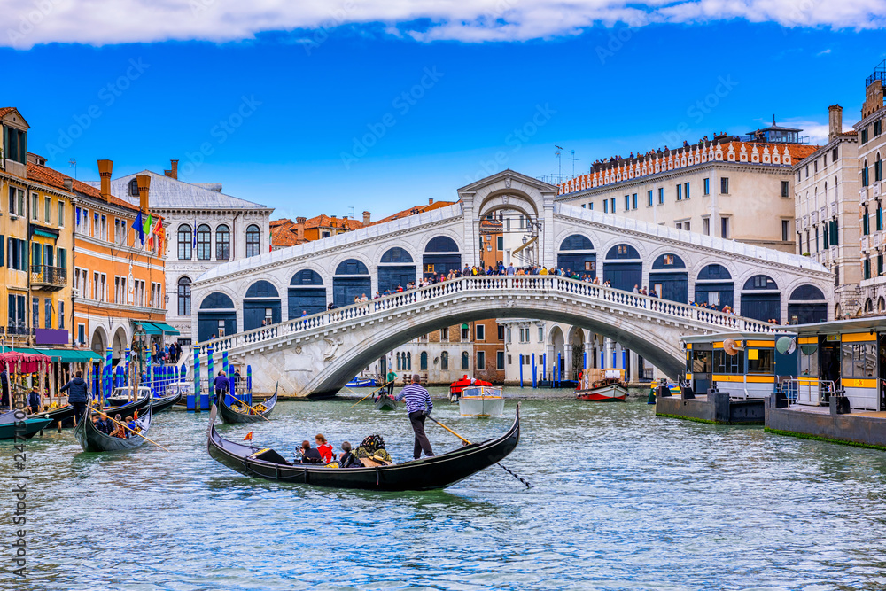 Fototapety, obrazy: Rialto bridge and Grand Canal in Venice, Italy. View of Venice Grand Canal with gandola. Architecture and landmarks of Venice. Venice postcard