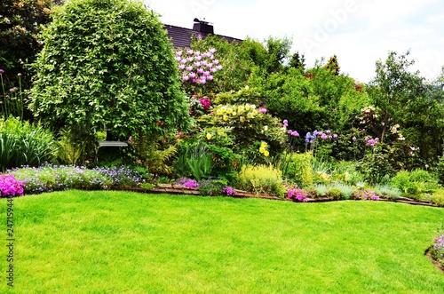 Foto auf Gartenposter Lime grun beautiful garden with lawn