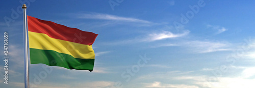 Photo Bandera de Bolivia subida ondeando al viento con cielo de fondo