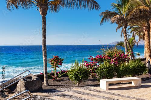 Foto  Stone bench in Puerto del Carmen beach in Lanzarote, Canary islands, Spain