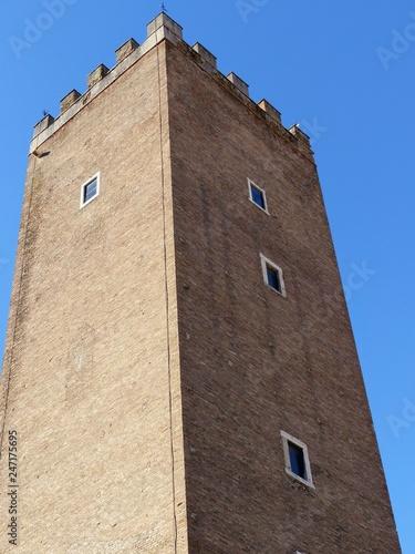 Fotografia  Estremità della torre medievale dei Capocci a Roma in Italia
