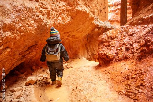 Foto auf AluDibond Rot kubanischen Boy hiking in Bryce canyon National Park, Utah, USA