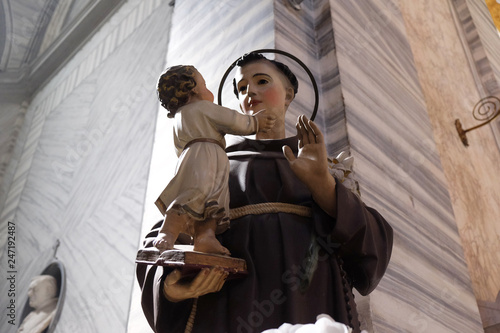 Photo Saint Anthony of Padua holding baby Jesus statue in Basilica dei Santi Ambrogio