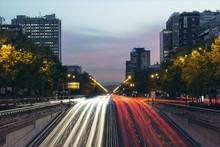 Estela De Las Luces De Los Coches En La Ciudad De Madrid Por La Noche