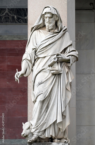 Fotomural Saint Luke the Evangelist, statue in front of the basilica of Saint Paul Outside