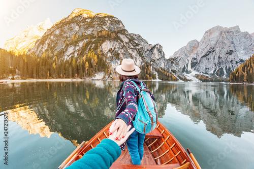 Foto Follow me to the boat or canoe cruise tour on lago Di Braies lake in Italian Dol