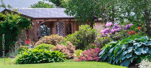 Foto  ogród, garden, domek letni, domek drewniany, klon złoty, góry, ogródek, chmury,