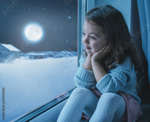 Poster Artist KB Cute little girl looking at the moon the winter sky