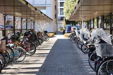 住宅街の駐輪場 自転...