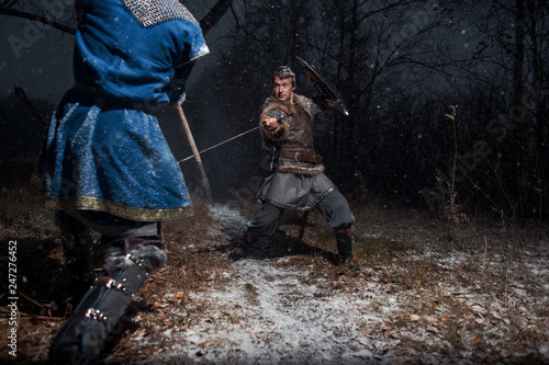 Photo  The battle between medieval knights in the style of Game of Thrones in winter forest landscapes