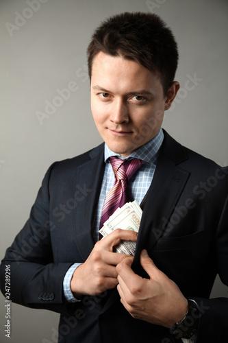 Fotografía  Сorrupt politician in suit takes bribe.