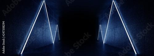 Foto  Dark room, corridor, tunnel with illumination on an empty concrete wall, neon light, rays, laser, open door, reflection of neon on a wet floor, night city, night view