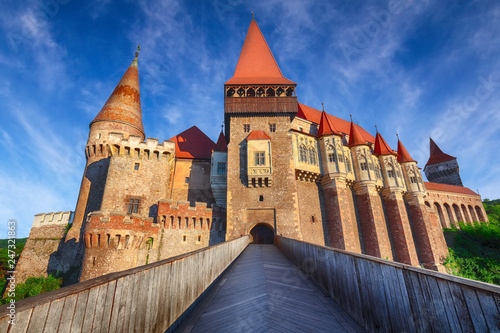 Foto op Plexiglas Historisch geb. Beautiful panorama of the Hunyad Castle / Corvin's Castle with wooden bridge