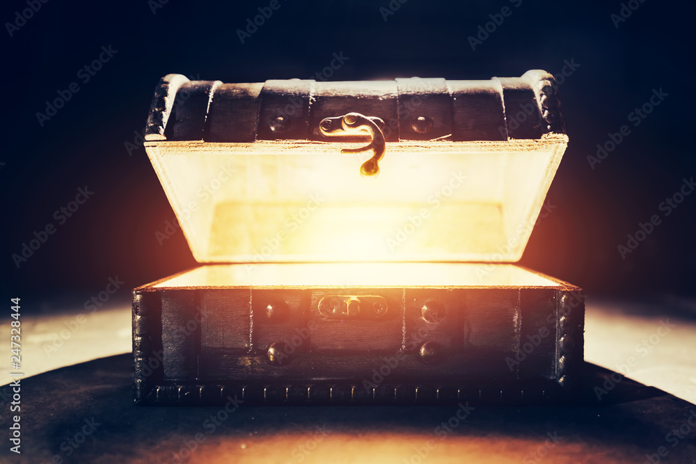 Fototapety, obrazy: Ancient wooden box with glowing light.