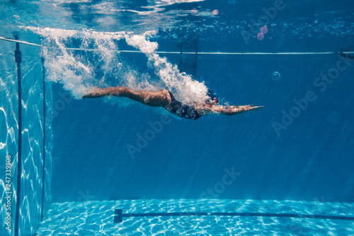 Valokuva Woman diving in swimming pool