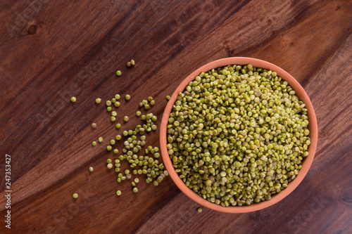 Photo  Top View of Fresh Green Tender Sorghum in a Earthen Bowl on Wooden Background
