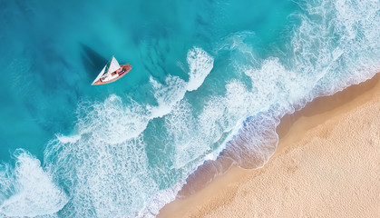 Panel SzklanyWaves and yacht from top view. Turquoise water background from top view. Summer seascape from air. Top view from drone. Travel-image