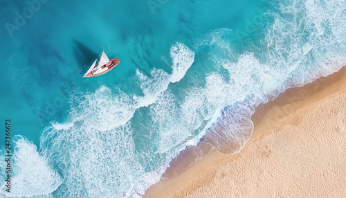Fotografia  Waves and yacht from top view
