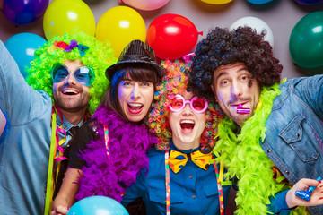 Karneval Party,Lachende Freunde in bunten Kostümen feiern Karneval .