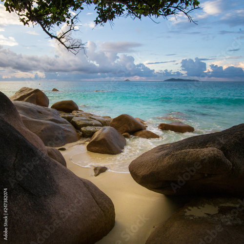 Photo sur Aluminium Ile Hidden, secret beach and turquoise water on remote tropical beach of Praslin, Seychelles
