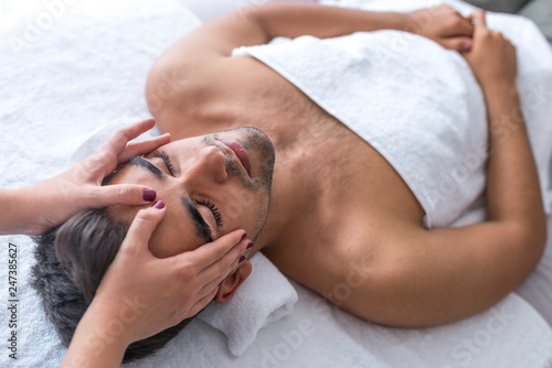 Photo  Handsome man at the spa getting a facial