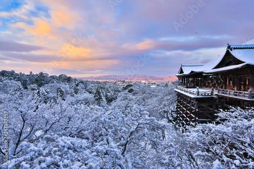 Fototapeta premium Świątynia Kiyomizu dera ze śniegiem, Kioto, Japonia.