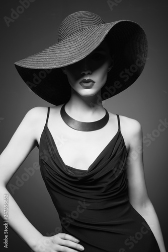 Küchenrückwand aus Glas mit Foto womenART portrait of young lady with black hat and evening dress