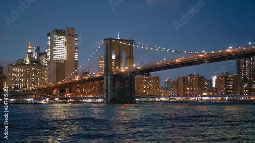 Foto auf AluDibond New York TAXI Beautiful Brooklyn Bridge New York at night