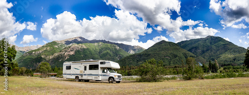 Foto Motorhome in Chilean Argentine mountain Andes