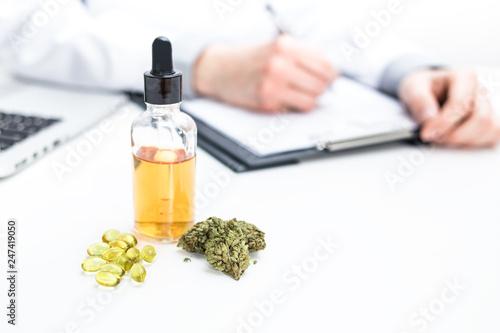 Arzt verschreibt medizinisches Marihuana Wallpaper Mural