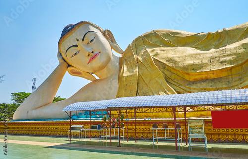 Deurstickers Asia land Explore Mya Tha Lyaung Buddha, Bago, Myanmar
