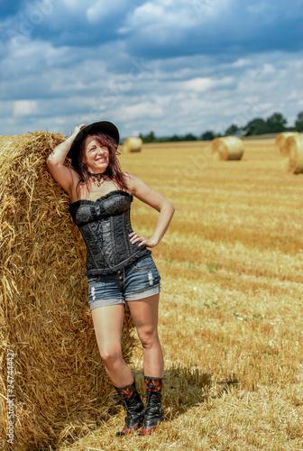 Hübsche Frau am Feld Fotobehang