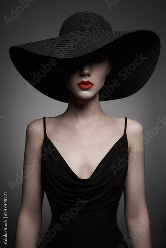 Tuinposter womenART portrait of young lady with black hat and evening dress