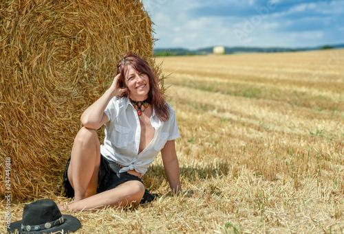 Billede på lærred Hübsche Frau am Feld