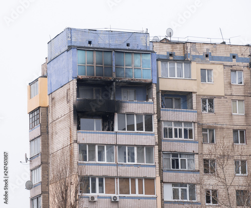 Photo Facade of highrise house after an explosion and fire