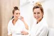 Dwie młode kobiety oczekują na zabieg kosmetyczny w luksusowej klinice kosmetycznej.