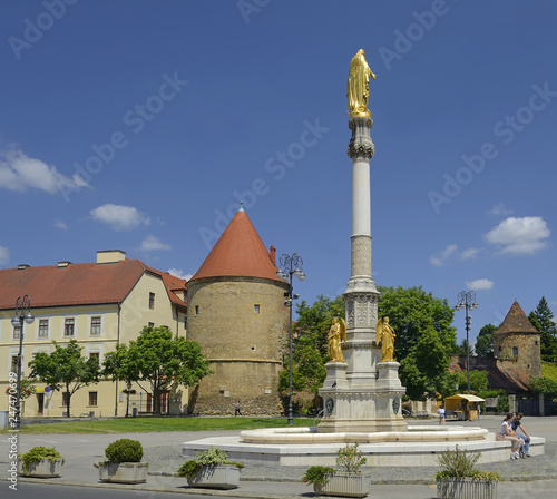 In de dag Historisch mon. Zagreb, The Holy Mary's Column, historic city center. Zagreb is the capital and the largest city of Croatia.
