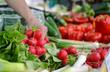 Frische Radieschen auf dem Wochenmarkt - selektive Schärfe