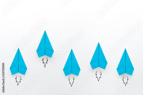 Photo Blue paper planes on white background