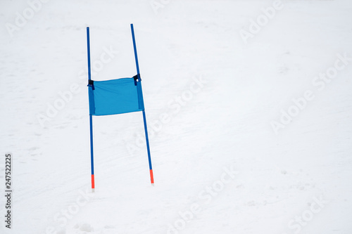 Fotografía  Ski gates with flag blue parallel slalom