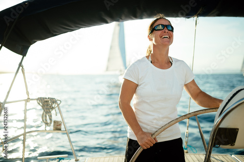 Fotomural  Attractive strong woman sailing with her boat