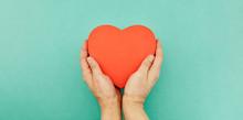 Hände Halten Rotes Herz Als Altenpflege Konzept