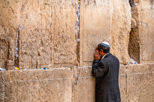 Fotografía  Believing Jew is praying near the wall of crying
