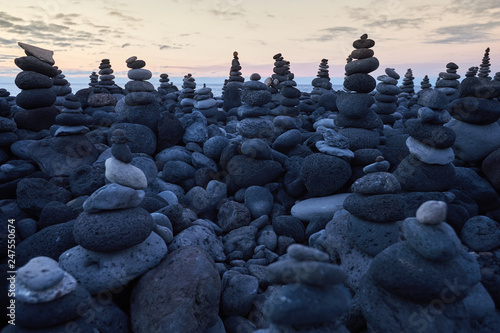 many round stones stacked on top of each other Canvas-taulu